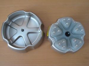 המסרק (הפוך מימין עם נורות הלייזר) והמטען שעליו מניחים את המסרק (משמאל)
